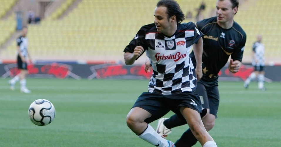 22.mai.2013 - Felipe Massa, piloto da Ferrari, tenta dominar a bola durante amistoso beneficente em Monaco