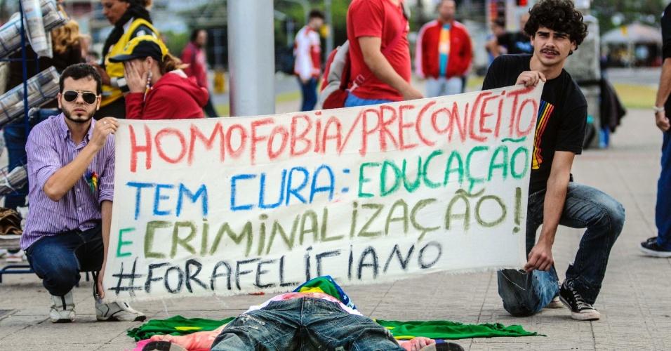 """22.mai.2013 - Jovens protestam na manhã desta quarta-feira (22), no centro de Florianópolis, contra o deputado pastor Marco Feliciano (PSC-SP), presidente da Comissão de Direitos Humanos da Câmara dos Deputados. Feliciano é associado a declarações e propostas homofóbicas, como a """"cura gay"""""""