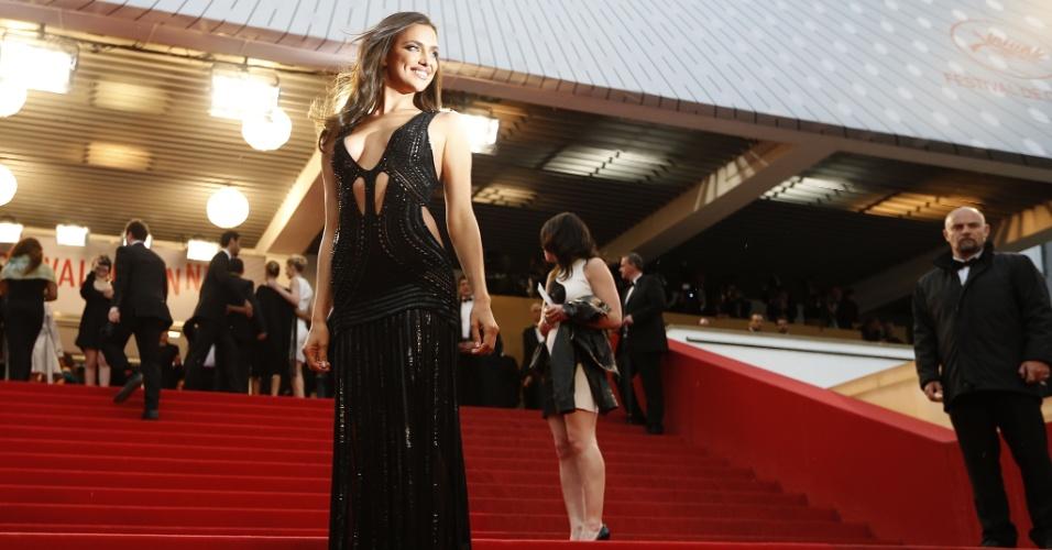 22.mai.2013 - Modelo russa Irina Shayk, namorada de Cristiano Ronaldo, aparece sozinha no festival de Cannes para a exibição do filme All Is Lost e chama a atenção com um vestido bastante sexy