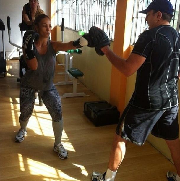 22.mai.2013 - Para manter a forma, Valesca Popozuda investe nas aulas de MMA como parte do treinamento aeróbico