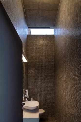 Assim como na cozinha, no lavabo as pastilhas de vidro Vidrotil foram utilizadas para revestir piso e paredes. Construída na zona oeste de São Paulo, a Casa Boaçava tem projeto assinado pelos arquitetos do escritório Una