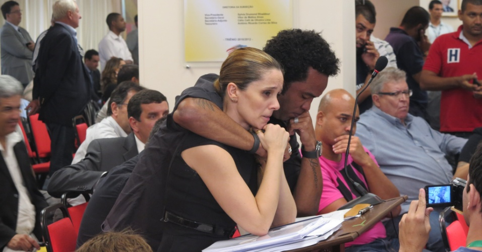 Carlos Alberto e a advogada Luciana Lopes choram abraçados com a absolvição no caso de doping (22/05/2013)