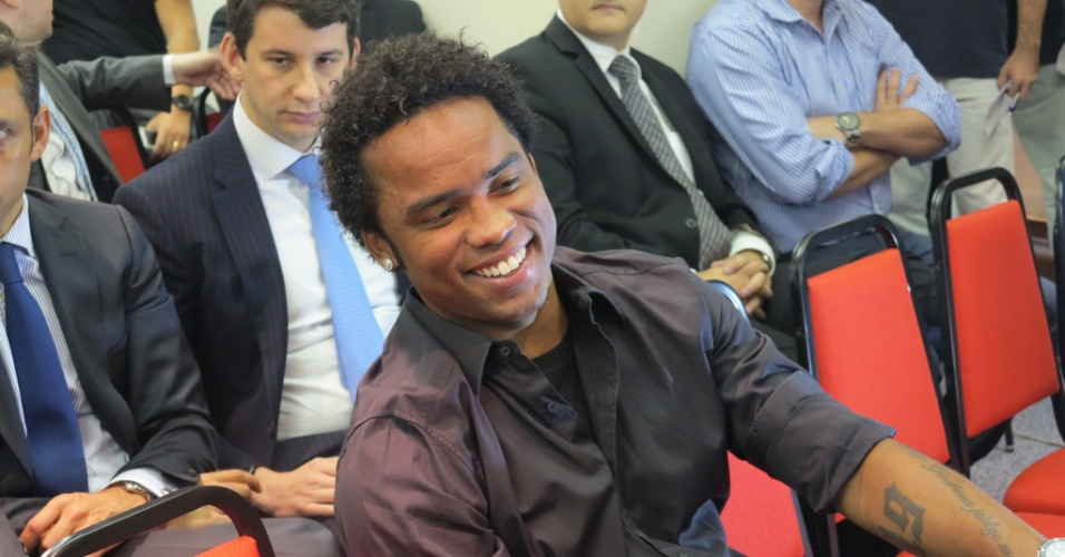 Carlos Alberto sorri durante julgamento por caso de doping no Rio de Janeiro (22/05/2013)