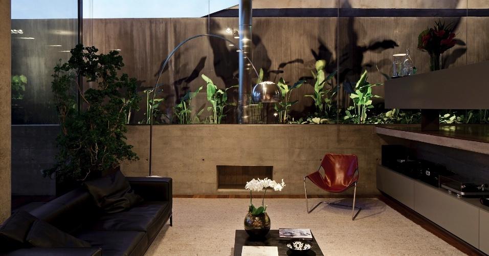 Escolhido pelos moradores, o mobiliário de orientação modernista é coerente com as linhas retas e concisas da Casa Boaçava, projetada pelos arquitetos do escritório Una, em São Paulo