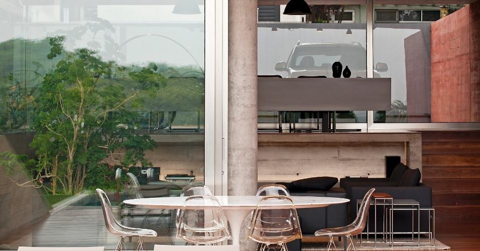 Na Casa Boaçava, em São Paulo, os espaços se distribuem em diferentes níveis, acompanhando o declive do terreno. No nível mais baixo, entre a sala de estar e o deck da piscina, foi criado um pequeno pátio protegido pela laje em balanço. O projeto é de autoria dos arquitetos do escritório Una, Cristiane Muniz, Fábio Valentim, Fernanda Barbara e Fernando Viégas