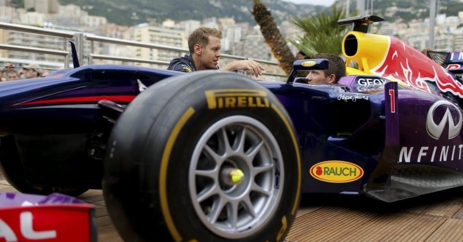 Sebastian Vettel, da Red Bull, posa junto com o piloto de ralli da equipe Renault, Sebastien Ogier, no circuito em Mônaco
