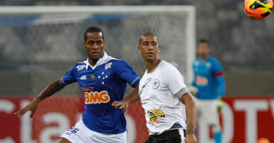 22.mai.2013 - Dedé observa a bola durante partida do Cruzeiro contra o Resende pela Copa do Brasil