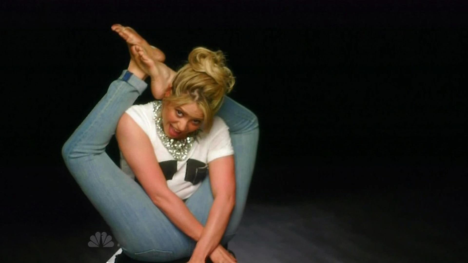 22.mai.2013 - Shakira faz contorcionismo e coloca os pés atrás da cabeça durante evento do reality show