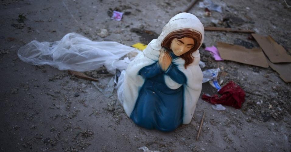 23.mai.2013 - A imagem da Virgem Maria caída no chão em frente ao jardim de casa destruída pelos fortes tornados em Moore, Oklahoma, nos EUA. Equipes de resgate com cães farejadores trabalham nas ruínas para garantir que não há mais sobreviventes soterrados