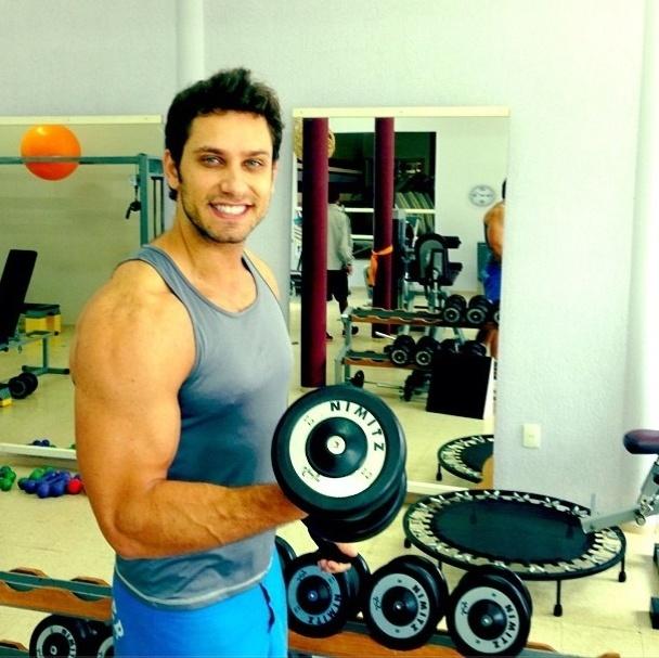23.mai.2013 - Após o fim de namoro com Kamilla, Eliéser voltou a treinar e faz exercício com halteres para trabalhar o bíceps