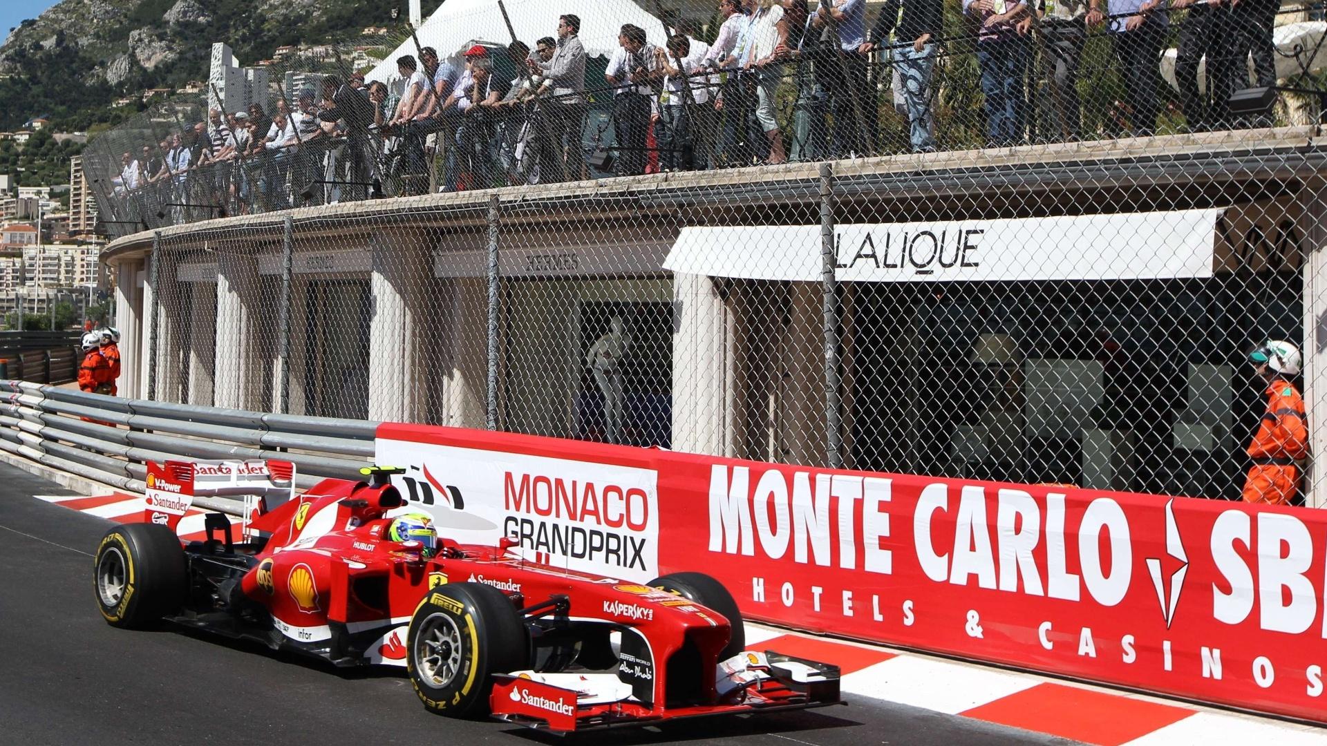23.mai.2013 - Felipe Massa conduz sua Ferrari pelas ruas do principado de Mônaco durante os treinos livres