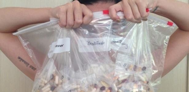 23.mai.2013 - Katy Perry mostra vitaminas e suplementos que costuma tomar para se manter saudável. Nas etiquetas dos sacos, pode-se ler