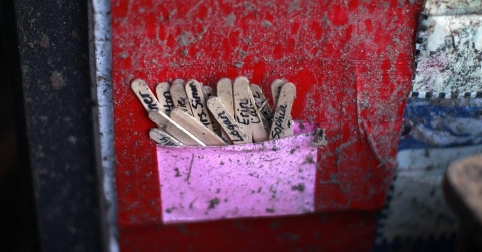 23.mai.2013 - Material escolar é visto em meio aos escombros da escola infantil Briarwood, em Oklahoma City, Oklahoma, nos EUA. Entre as 24 mortes confirmadas, 10 foram de crianças, segundo o jornal Los Angeles Times. O tornado também deixou pelo menos 237 feridos, indicou Mary Fallin, governadora do Estado. Na noite de segunda para terça-feira, 101 pessoas foram encontradas vivas entre os escombros