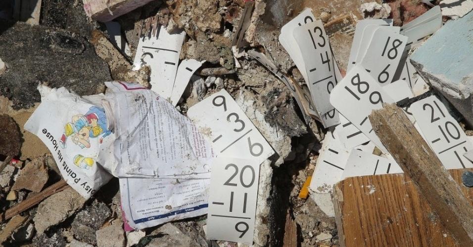 23.mai.2013 - Material usado por crianças aparece em meio aos escombros da escola infantil Plaza Towers, em Moore, Oklahoma, nos EUA. Sete crianças morreram nessa escola com a passagem de forte tornado