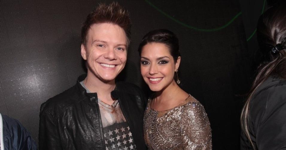 23.mai.2013 - Michel Teló com a namorada Thais Fersoza antes de seu show em casa noturna de São Paulo