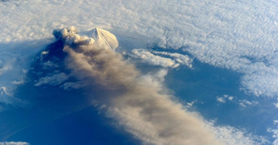 23.mai.2013 - O trio de astronautas a bordo da Estação Espacial Internacional (ISS, na sigla em inglês) fotografou a atividade vulcânica do Pavlof, no Alasca, em 18 de maio. É possível ver as nuvens de cinzas encobrindo o oceano Pacífico Norte graças à posição da ISS, que está mais próxima da Terra - as imagens feitas por satélites, muitas vezes, ficam escuras. O vulcão entrou em erupção no dia 13 de maio de 2013, jorrou lava e depois passou a expelir bastante fumaça, formando uma coluna de cinzas de 6.000 metros de altura