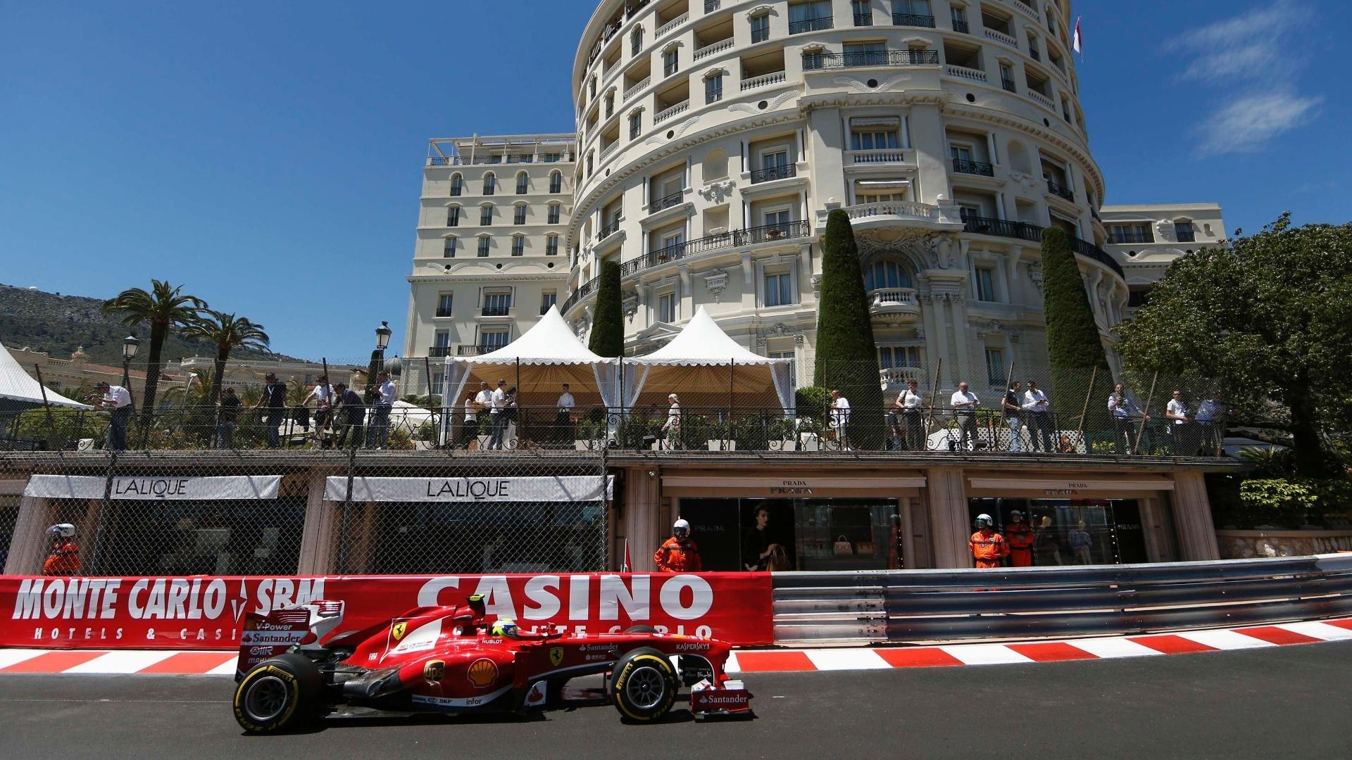 23.mai.2013 - Público acompanha passagem de Felipe Massa durante os treinos livres para o GP de Mônaco