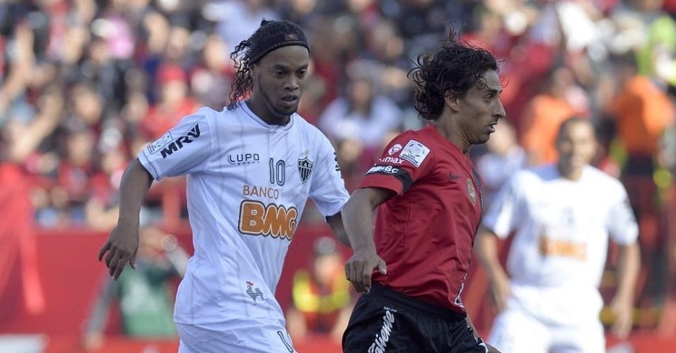 23.mai.2013 - Ronaldinho Gaúcho atento na marcação do jogador do Tijuana na partida do Atlético-MG pelas quartas de final da Libertadores
