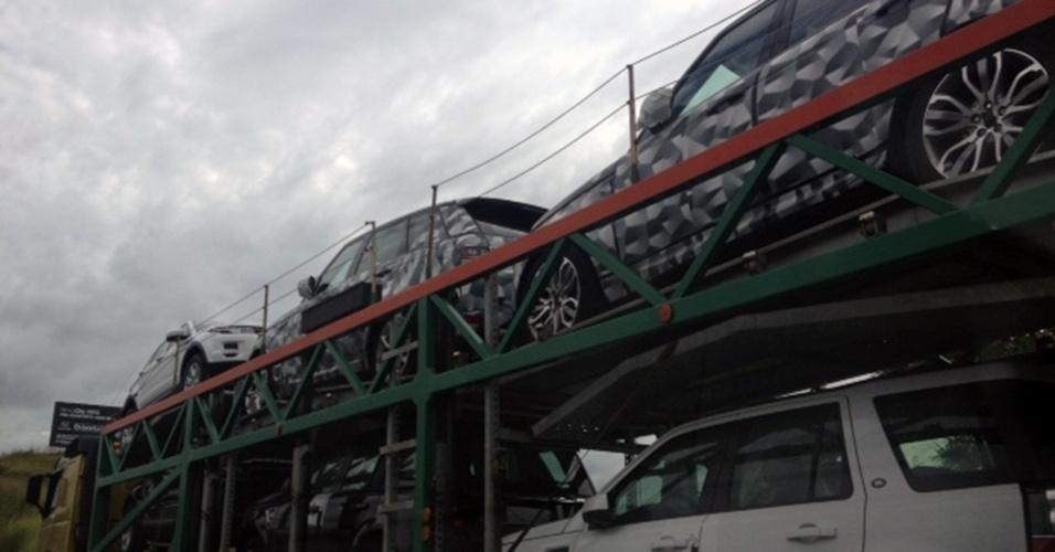 Duas unidades do novo Land Rover Range Rover Sport, apresentado no Salão de Nova York, em abril, foram vistas em caminhão cegonha que trafegava pela rodovia Dutra, próximo à Barra Mansa, no Rio de Janeiro
