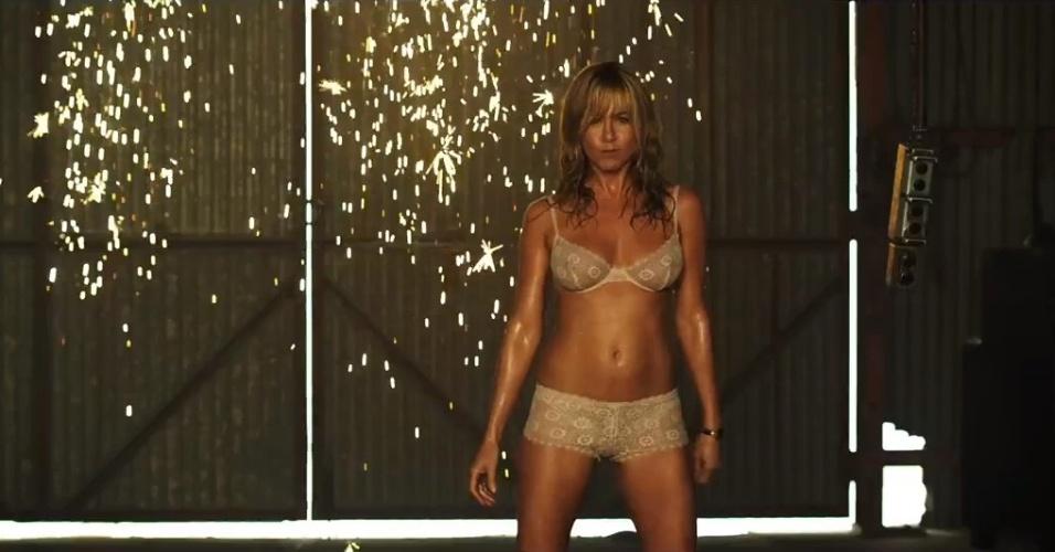 Jennifer Aniston faz striptease no trailer da comédia