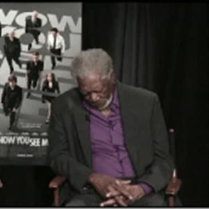 Morgan Freeman cochila durante participação em programa de TV