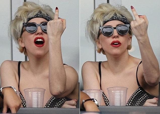 10.jun.2010 - A cantora Lady Gaga perde a compostura durante jogo de beisebol do San Diego Padres x New York Mets no estádio Citi Field em Nova York