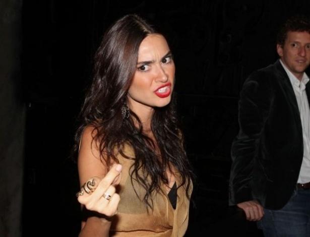 13.nov.2012 - Thaila Ayala faz gesto obsceno a jornalista que perguntou sobre seu casamento com Paulo Vilhena durante o evento