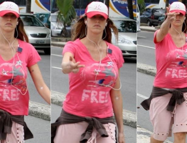18.mai.2012 - A atriz Luana Piovani faz gesto com o dedo médio para paparazzo durante caminhada pela orla de Ipanema, na zona sul do Rio de Janeiro