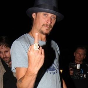 22.jun.2010 - O cantor Kid Rock mostra o dedo médio para os fotógrafos ao sair de um clube noturno em Londres