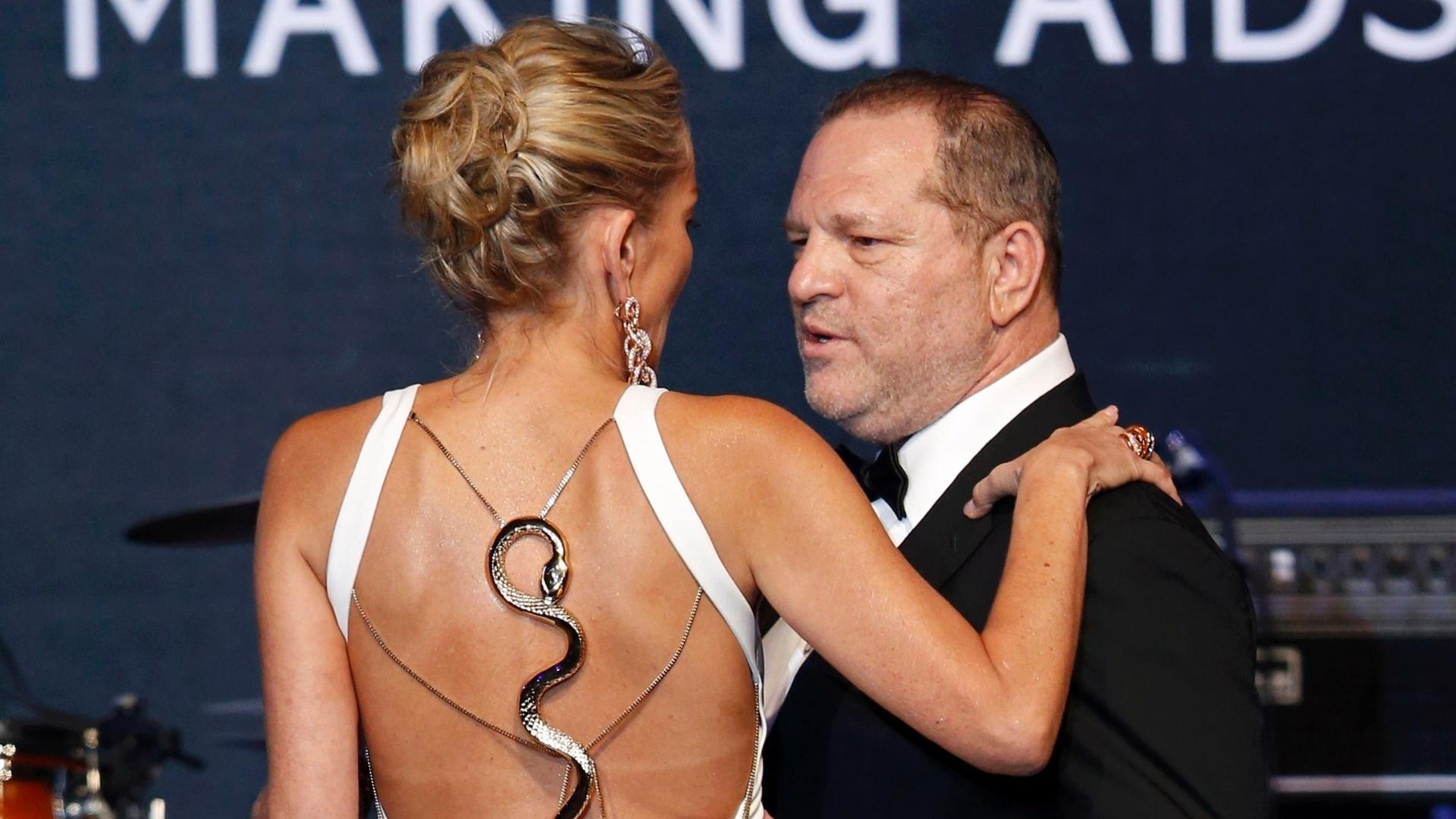 23.mai.2013 - A atriz americana Sharon Stone e o produtor de cinema Harvey Weinstein participam do evento de caridade Cinema Contra a Aids, organizado pela amfAR, que ocorre durante o Festival de Cannes