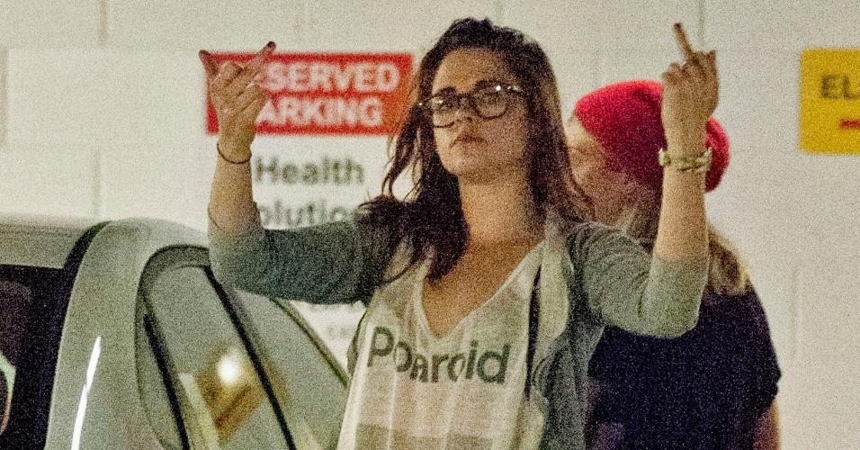 23.mai.2013 - Kristen Stewart exibe toda a sua classe e bom humor ao mostrar o dedo médio para os fotógrafos ao sair de um salão de depilação com uma amiga em Studio City, Califórnia