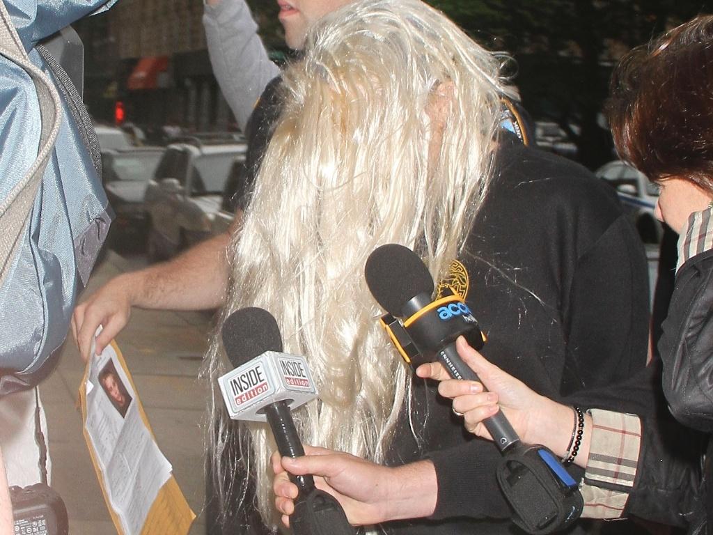 24 mai.2013 - Amanda Bynes deixa a prisão usando peruca loira