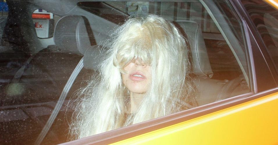24 mai.2013 - Amanda Bynes vai embora de taxi sozinha