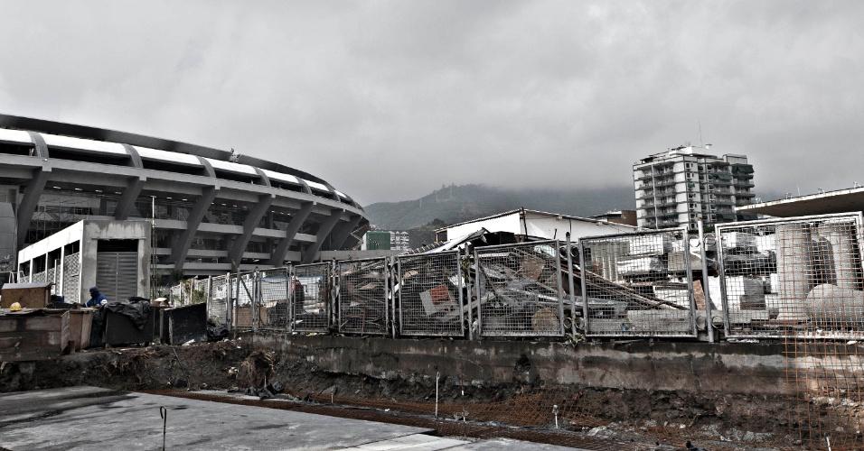 24.mai.2013 - Lado de fora do Maracanã ainda passa por muitas obras a menos de um mês da Copa das Confederações