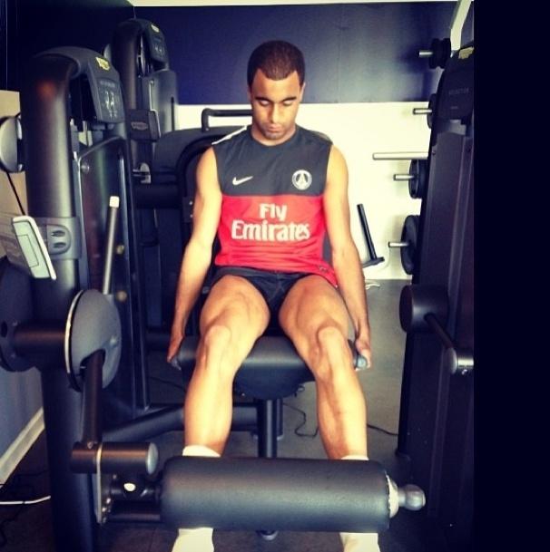24.mai.2013 - O jogador Lucas faz exercícios na cadeira extensora para trabalhar a parte da frente da coxa. O brasileiro, que é jogador do Paris Saint-Germain, publicou a foto em seu perfil do Instagram e escreveu: