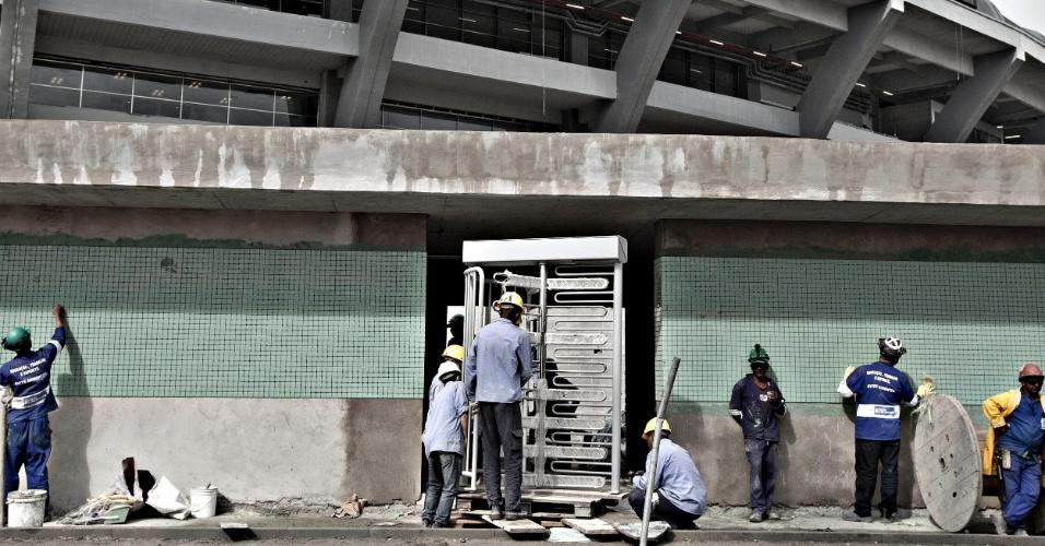 24.mai.2013 - Trabalhadores instalam catracas que serão usadas no dia 2 de junho, na inauguração do Maracanã