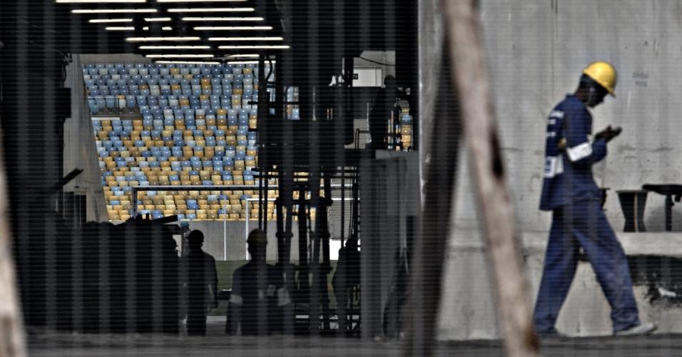 24.mai.2013 - Operários do Maracanã ainda fazem os últimos retoques no estádio no dia que passa a ser controlado pela Fifa para a Copa das Confederações