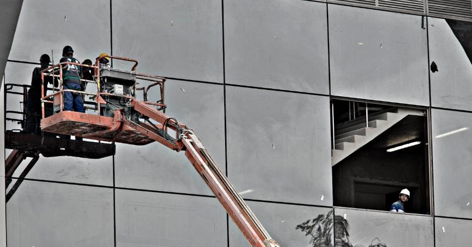 24.mai.2013 - Operários do Maracanã trabalham no acabamento de uma das áreas VIPs do estádio