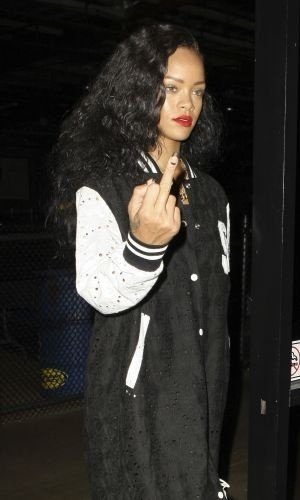 25.ago.2012 - Vista com o modelo Rob Kardashian e amigos, a cantora Rihanna mostra o dedo médio para os fotógrafos. O grupo foi se divertir em uma pista de kart em Burbank, na Califórnia