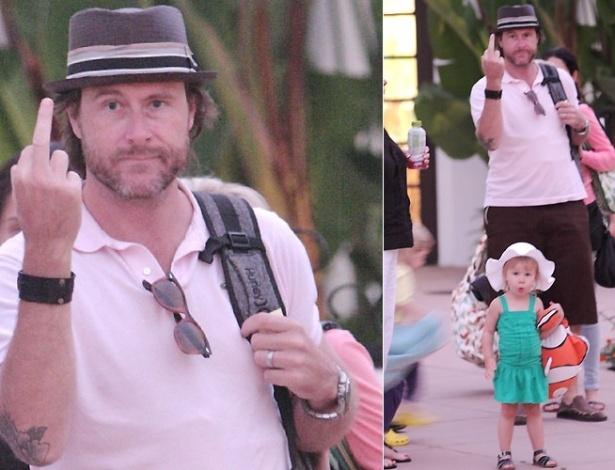29.jul.2010 - O marido da atriz Tori Spelling, o também ator Dean McDermott, mostra o dedo médio para os fotógrafos durante passeio ao lado da mulher e dos filhos Liam e Stella (de vestido verde), em Loyola, na Califórnia