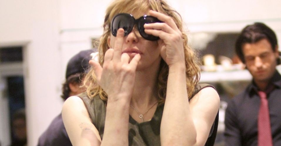 29.out.2010 - Courtney Love mostra o dedo para paparazzi em loja em West Hollywood