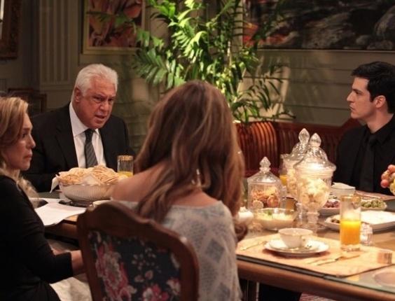 """Em """"Amor à Vida"""", Félix se revolta quando César decide dar apartamento para Paloma"""