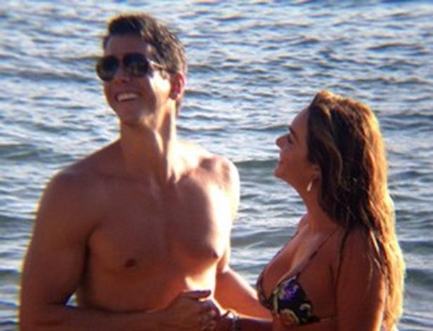 """Em """"Amor à Vida"""", Guto trai Patrícia com a instrutora de mergulho na lua de mel"""