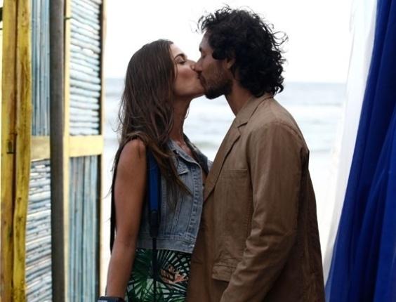 """Em """"Flor do Caribe"""", desfile de biquínis é um sucesso e Carol troca beijos com Lino"""
