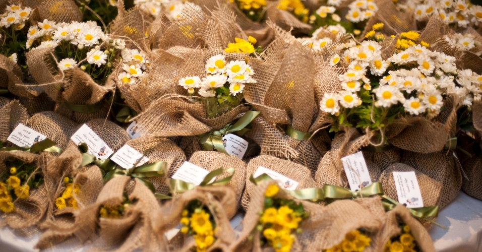 decoracao casamento juta : decoracao casamento juta:Lembrancinha com margaridas em juta natural; da Le Petit Vert (www