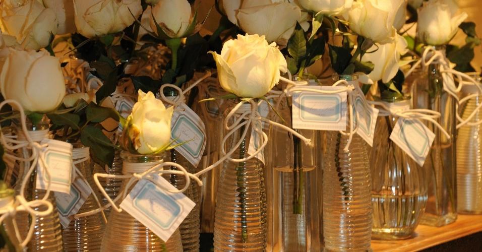 decoracao casamento garrafas de vidro:Lembrancinha em garrafas de vidro com rosa branca; da Boutique de Cena