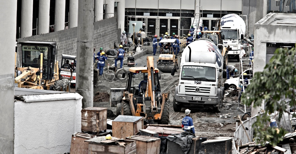 24.mai.2013 - Operários trabalham na área intramuros do Maracanã, a qual já deveria estar pronta