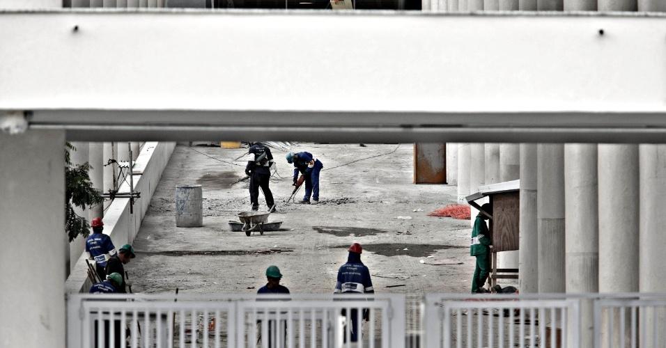 24.mai.2013 - Rampas de acesso do Maracanã ainda não estão concluídas a poucos dias da inauguração