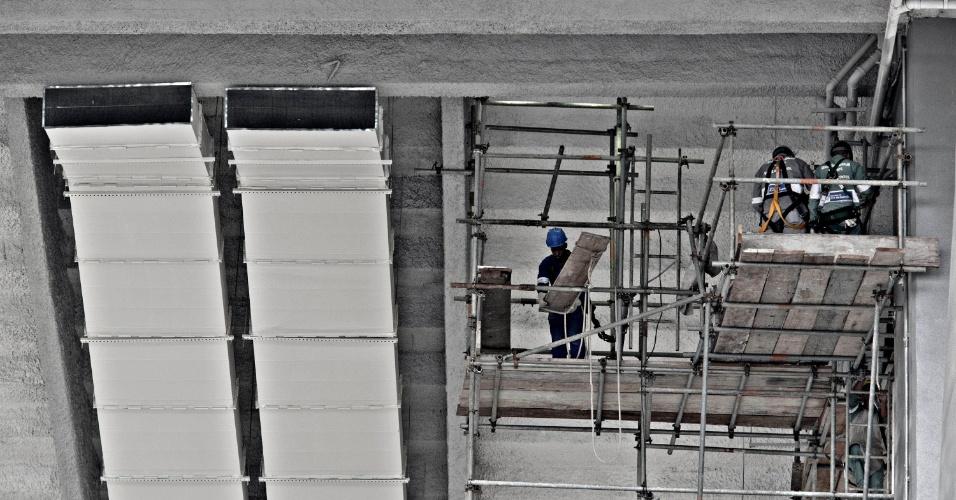 24.mai.2013 - Um dos principais acessos ao Maracanã ainda está em obras, apesar do estádio já ter sido entregue à Fifa