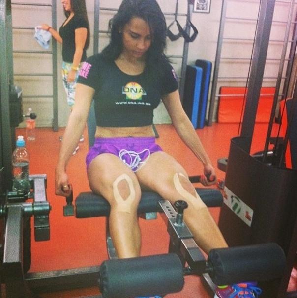 10.jun.2013 - A ex-BBB Kelly quer eliminar dois quilos e para isso ela aposta nos exercícios na cadeira extensora para trabalhar a parte da frente da coxa, além de fazer 40 minutos de exercícios aeróbios
